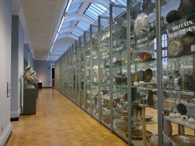 Visible_storage,_porcelain_galleries,_Victoria_&_Albert_Museum